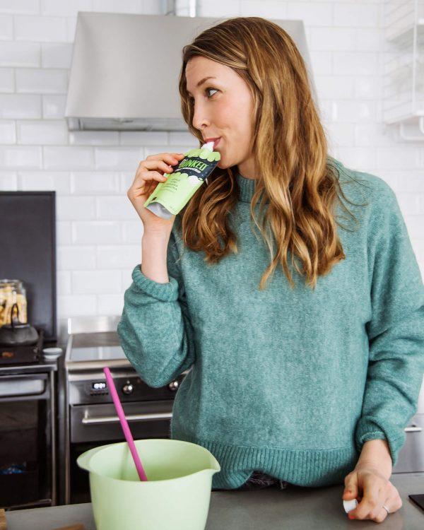 Sarah i grön tröja äter Dejunked chia smoothie green